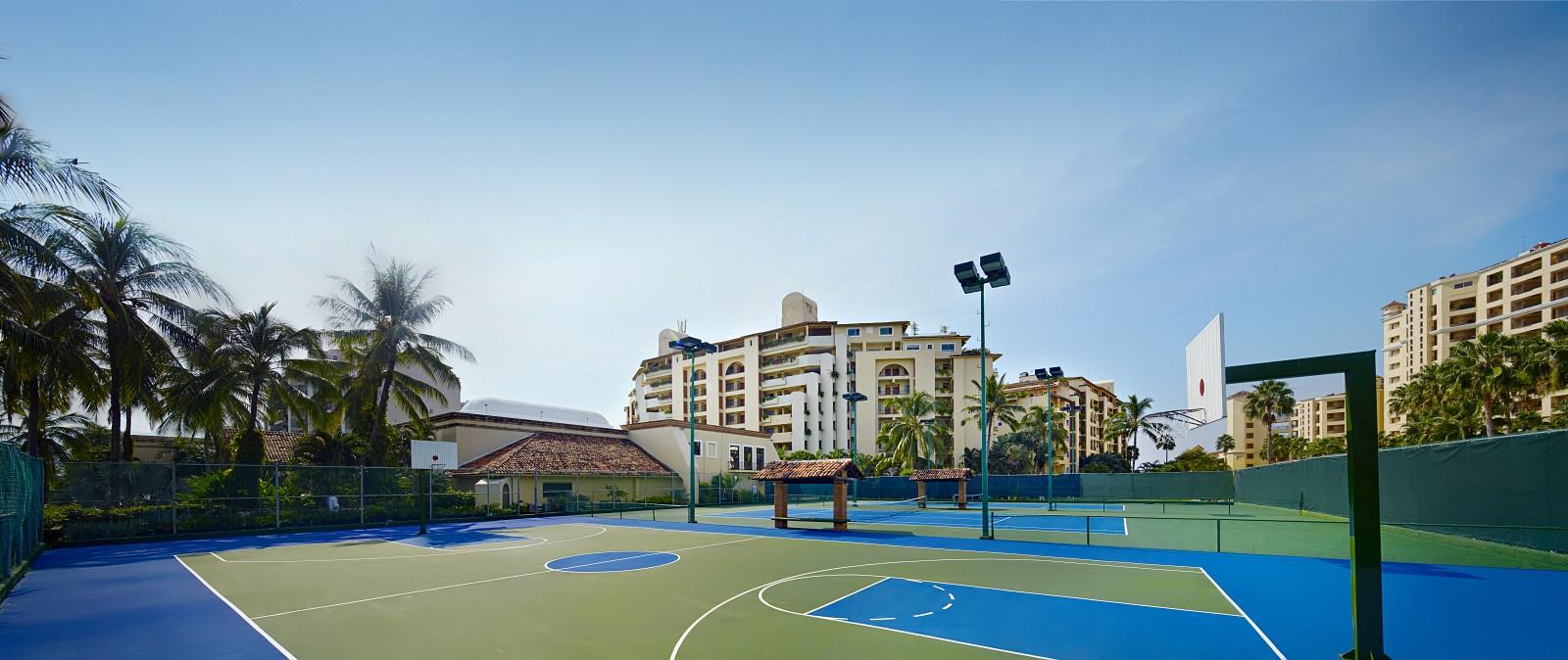 Canchas de tenis y basquetboll.