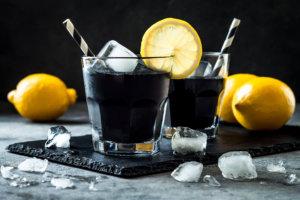Bebida con carbón activado limonada negra