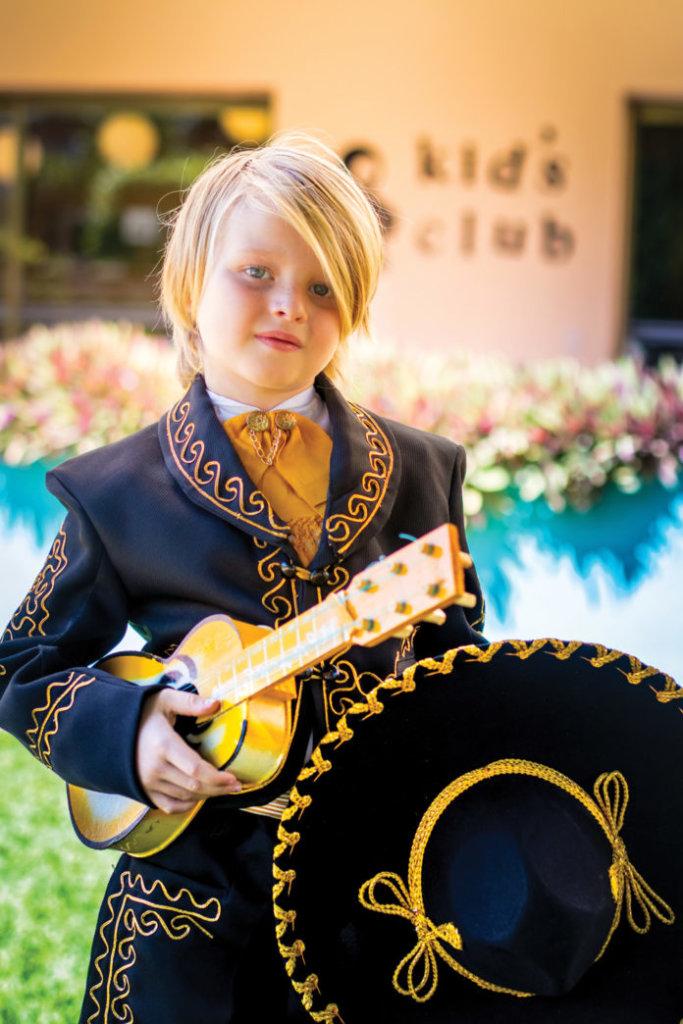 niño-vestido-de-mariachi-en-el-taller-de-mini-mariachis-en-el-Resort-Todo-Incluido-Velas-Vallarta-en-la-marina-de-Puerto-Vallarta