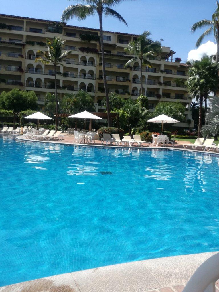 piscina de Velas Vallarta con camastros de fondo