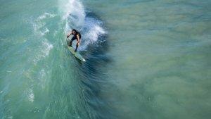 hombre surfeando en una ola de mar